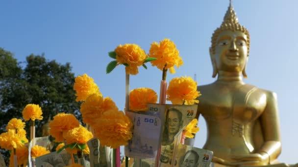 Thai adomány pénzt fák Pattaya nagy arany Buddha temploma. Thaiföld.