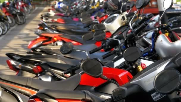 Motorka na parkování v Thajsku nedaleko nákupního centra