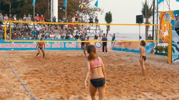 Видио женского пляжного волейбола в бикини
