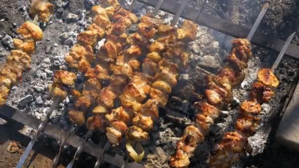 Pohled shora na přípravu šíš kebab na jehle ohni v přírodě
