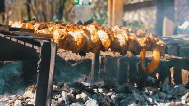 Příprava šíš kebab na jehle ohni v přírodě