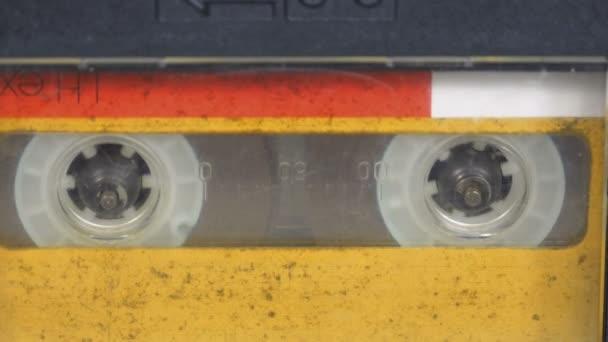 Vintage žluté Audio kazetový magnetofon se otáčí