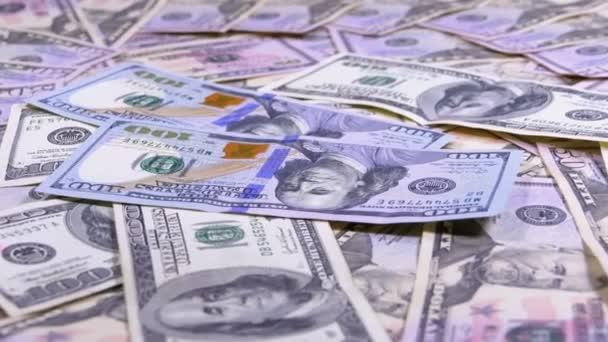 Sto dolarů účty patří na stůl s amerických dolarů různých nominálních hodnot