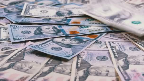 Amerických dolarů účty různých nominálních hodnot spadají na stůl