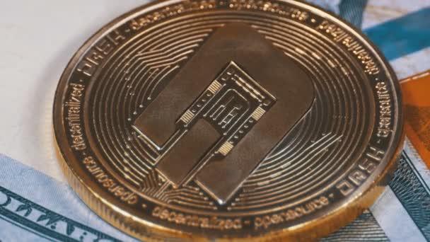 Gold-Strich-Münze Kryptowährung und Dollarscheine rotieren