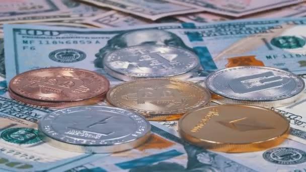 Bitcoin különböző cryptocurrency Litecoin, Ethereum, Dash érmék, és bankjegyek a dollár forog