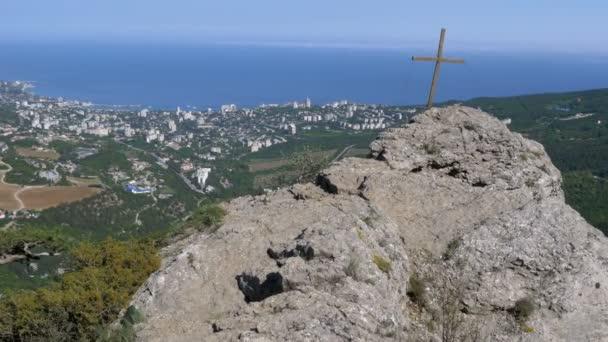 Zobrazení na šířku na skále s křížkem v horách