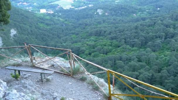 Tájkép a hegyi ösvény és egy pad, egy sziklán