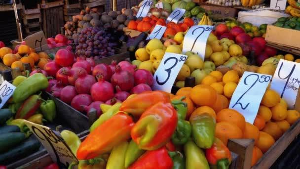 Showcase with Various Fruits, Persimmons, Granátová jablka, Mandarinky, Hrušky a další na pouličním trhu