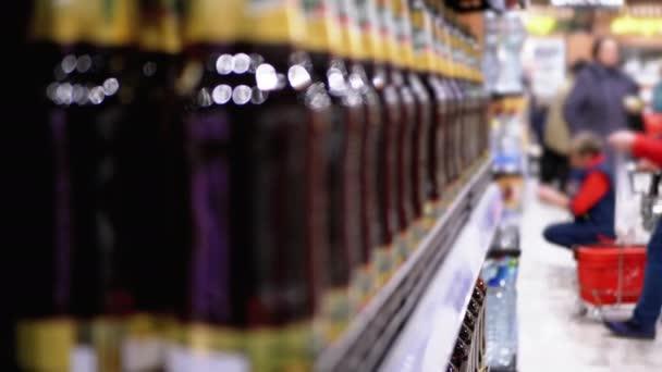 Alkoholverkauf im Supermarkt. Reihen und Regale mit Flaschenbier an einem Schaufenster