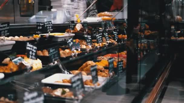 Ready-to-Eat potravin s cenovými štítky na výloze obchodu v supermarketu