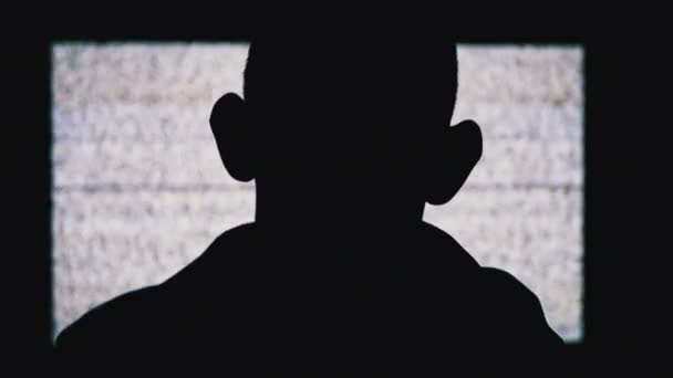 Silhouette egy névtelen Mans Head nézi fehér statikus zaj és TV interferencia