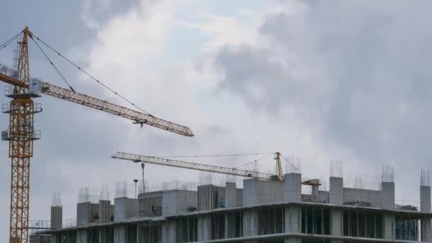 Stavební práce. Tower Crane na staveništi. Stavitelé pracují. Včasná