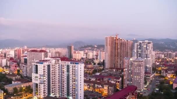 Den od dne v noci Timelapse City Space s mrakodrapy a Windows Changings Light. Batumi