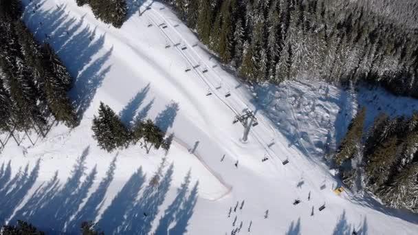 Letecké sjezdovky s lyžaři a vleky na lyžařském středisku ve Sněžném jedlovém lese