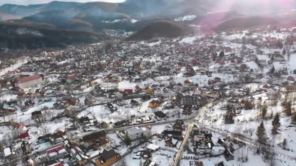 Légi kilátás egy falura a Kárpát-hegységben télen. Jaremche, Ukrajna.