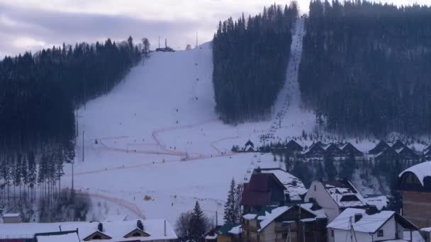Bukovel Ski Resort, pohled na sjezdovku v Resort Center