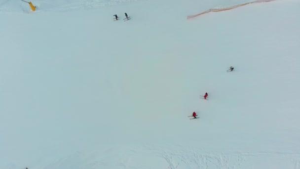 Horní pohled na sjezdovku na zasněžené sjezdovce na lyžařském středisku v zimě