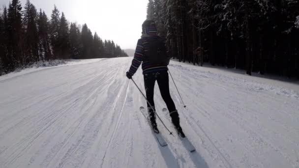 Pov Začátečník dívka na lyžích a amatéři skluzavka dolů na sjezdovce v lyžařském středisku