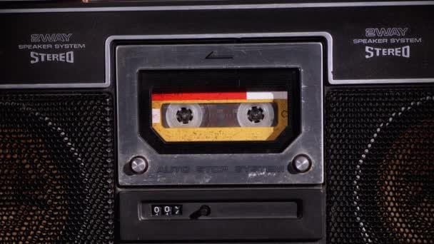 Sárga audio kazetta a magnóban Lejátszás és forgatás