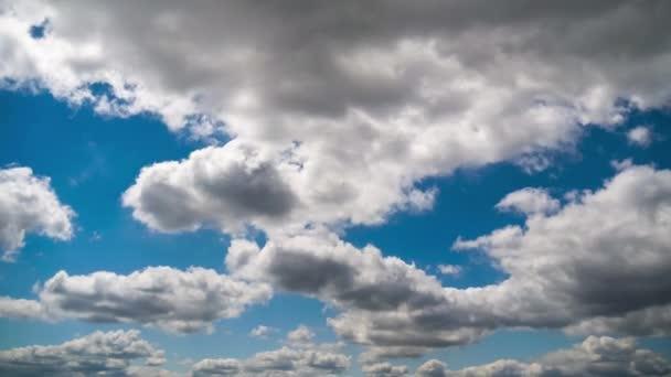 Mraky se hladce pohybují po modrém nebi. Načasování. Mezera v oblacích.
