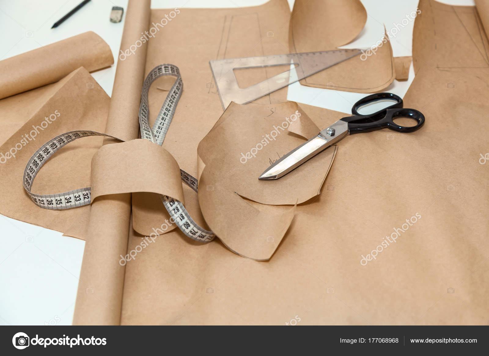 Arbeit Schneiderin machen Papier Muster — Stockfoto © Oleg.0 #177068968