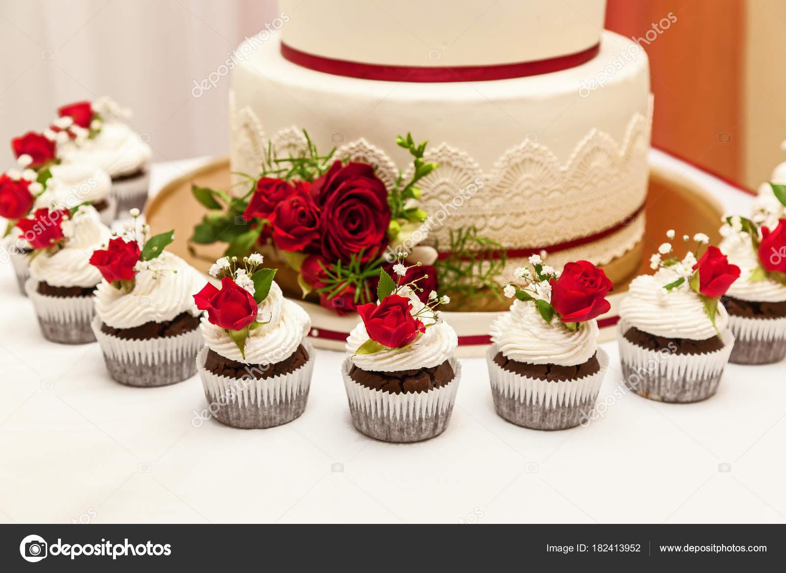 Hochzeitstorte Mit Roten Rosen Stockfoto C Oleg 0 182413952