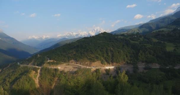 Pohled na horské vrcholy. Horská silnice a hory s mraky