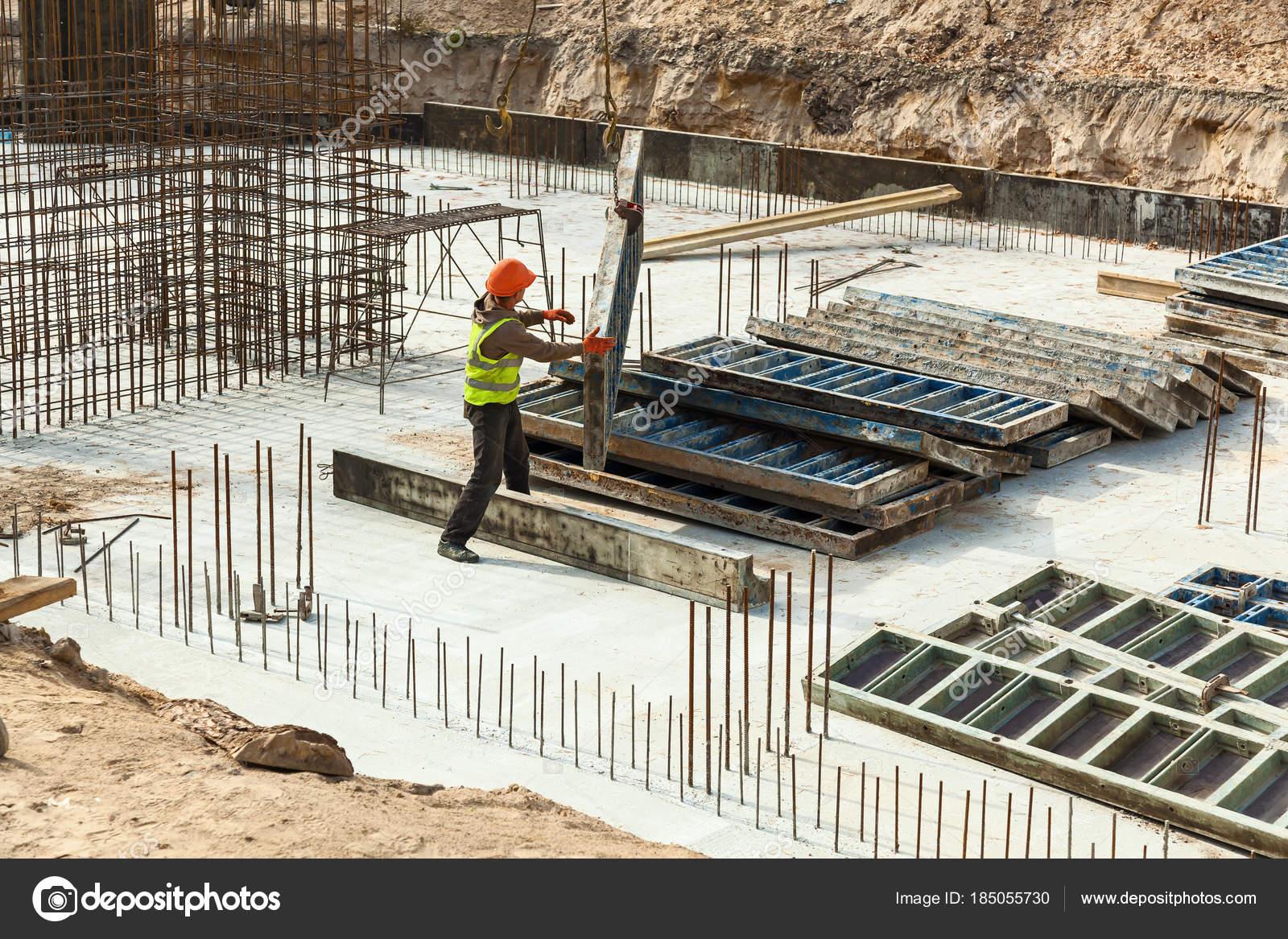 钢筋笼照片_钢筋笼的钢筋混凝土框架结构的设计 — 图库照片©Oleg.0#185055730