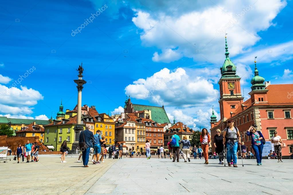 Фотообои Warsaw, Poland  July 14, 2017: Plac Zamkowy - The castle square in Warsaw is located between the Warsaw royal palace and the Warsaw Old Town. Sunny summer day. Horizontal photo.