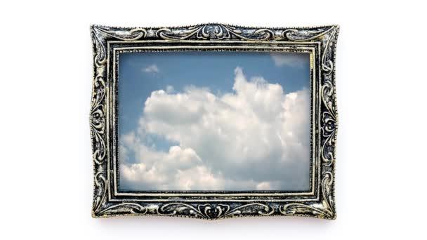 kreative 4k-Zeitrahmen Video von bewegten Wolken in einem wunderschönen Vintage-Bilderrahmen. 3D-Effekt des bewegten Bildes in einem statischen Rahmen.