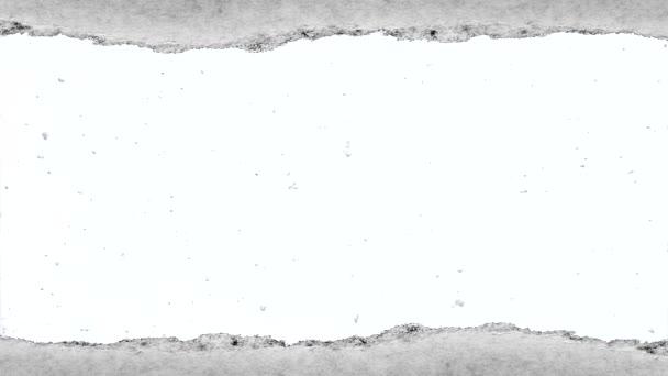 Tvůrčí zpomalený film pomalu padajícího sněhu, který je viditelný dírou s roztrženými okraji ve starém retro grunge vintage papíru.