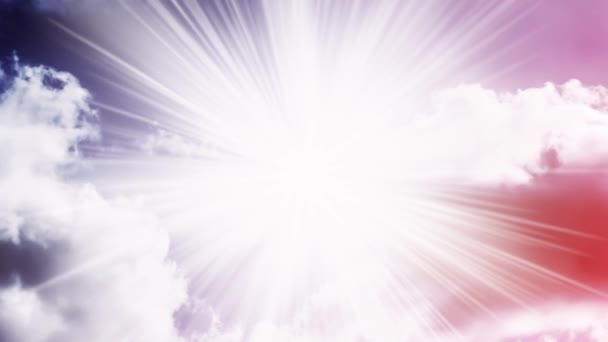 Kreativní 4K video s paralaxním efektem oblohy s pohybujícími se kumulativními mraky a jasným slunečním světlem s paprsky slunce, jako z hvězd. Koncept otevřené mysli, meditace.