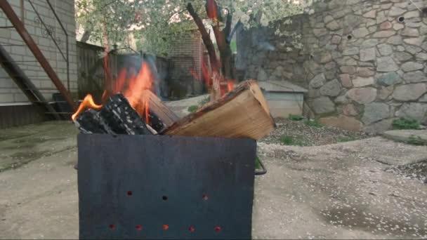 Lassú tűz belsejében fém parázs. A parázstartót fatüzelésű.