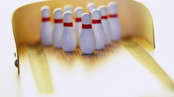 stávkující míč v mini bowling dřevo lane