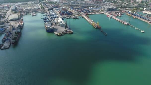 Ipari kikötő, felülnézet. Kikötői daruk és teherszállító hajók és uszályok.