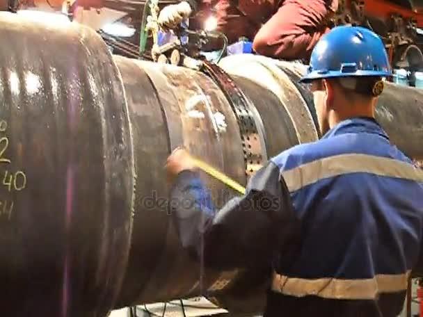 Lo spazio di isolamento tubo a saldare. Preparazione e montaggio del gasdotto sottomarino per tenere il workshop lay barge.