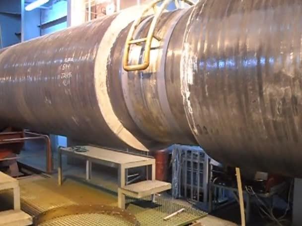 Raffreddamento e lavaggio della saldatura sul gasdotto. Preparazione e montaggio del gasdotto sottomarino per tenere il workshop lay barge.