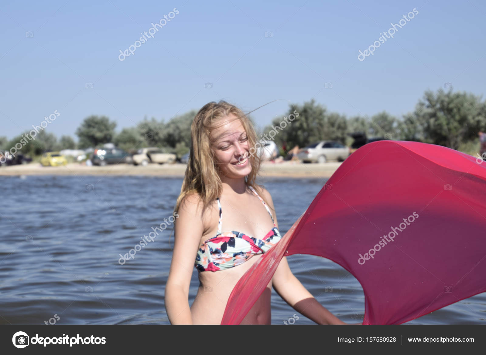 Bikini Pañuelo Rubia Seda Playa Pie Rojo Sosteniendo Hermosa Chica tQdsrCh