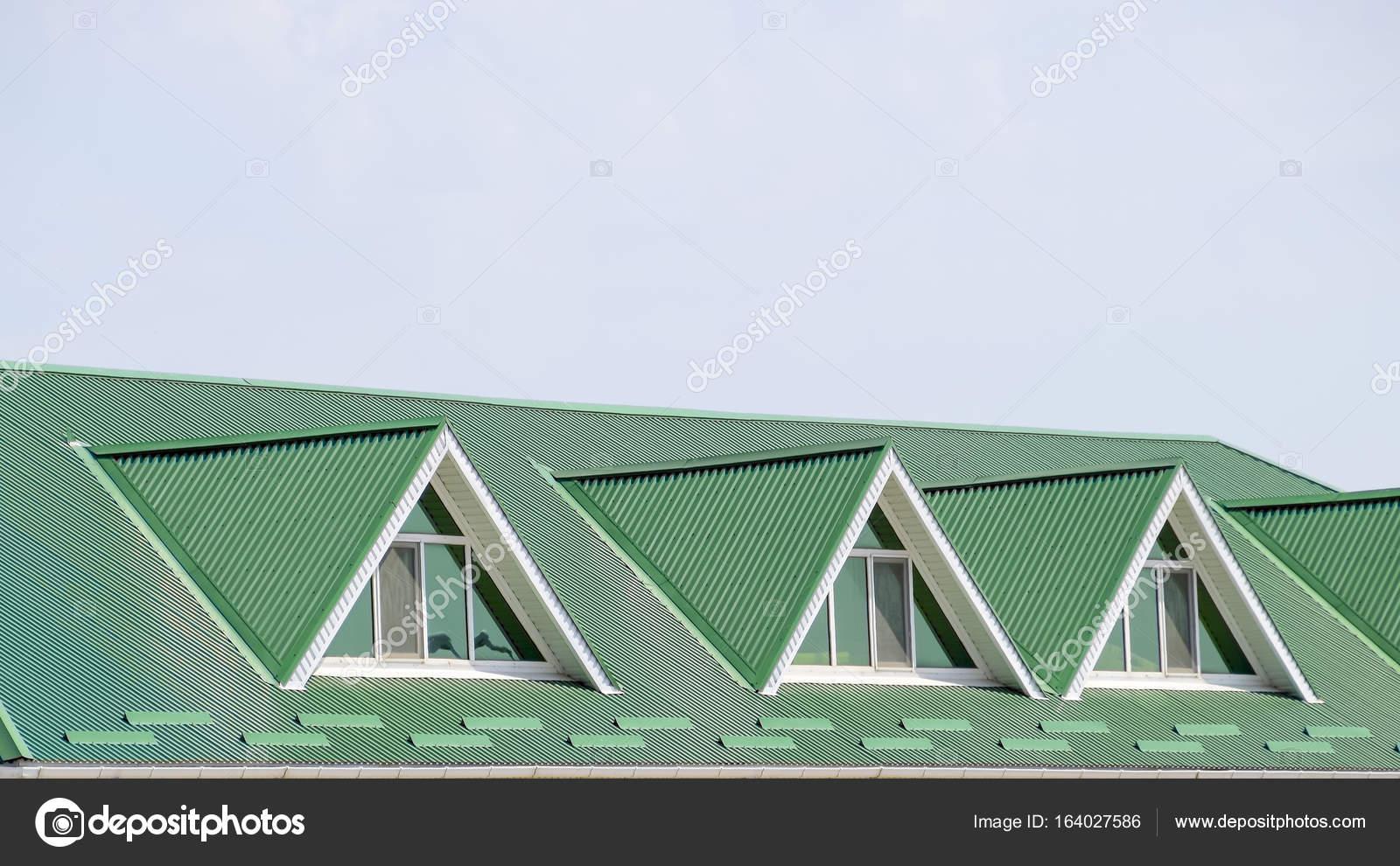 Maison avec des fen tres pvc toit t le ondul e toiture forme photographie leonid eremeychuk for Maison toit tole