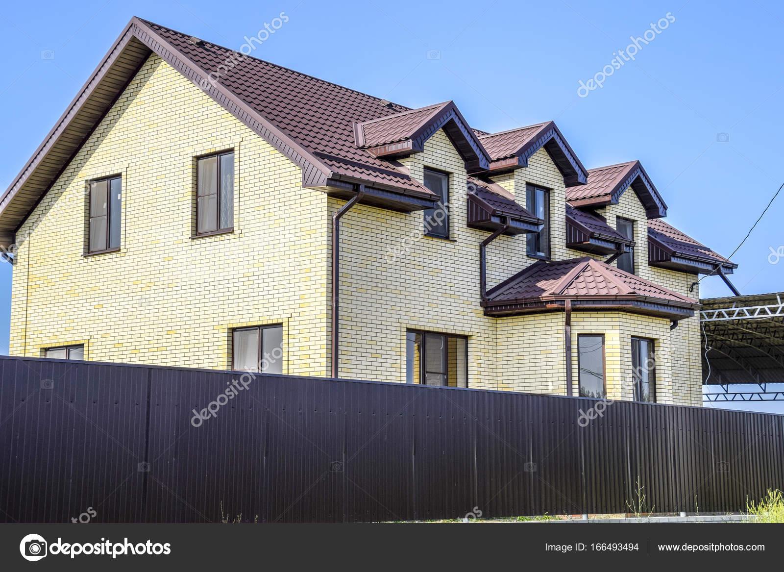 La maison avec un toit de t le ondul e et de fen tres en plastique photographie leonid - Maison en tole ondulee ...
