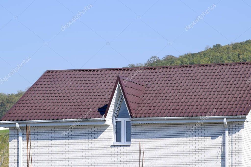 Maison avec fen tres en pvc et un marron toit de t le ondul e photographie leonid eremeychuk - Maison en tole ondulee ...