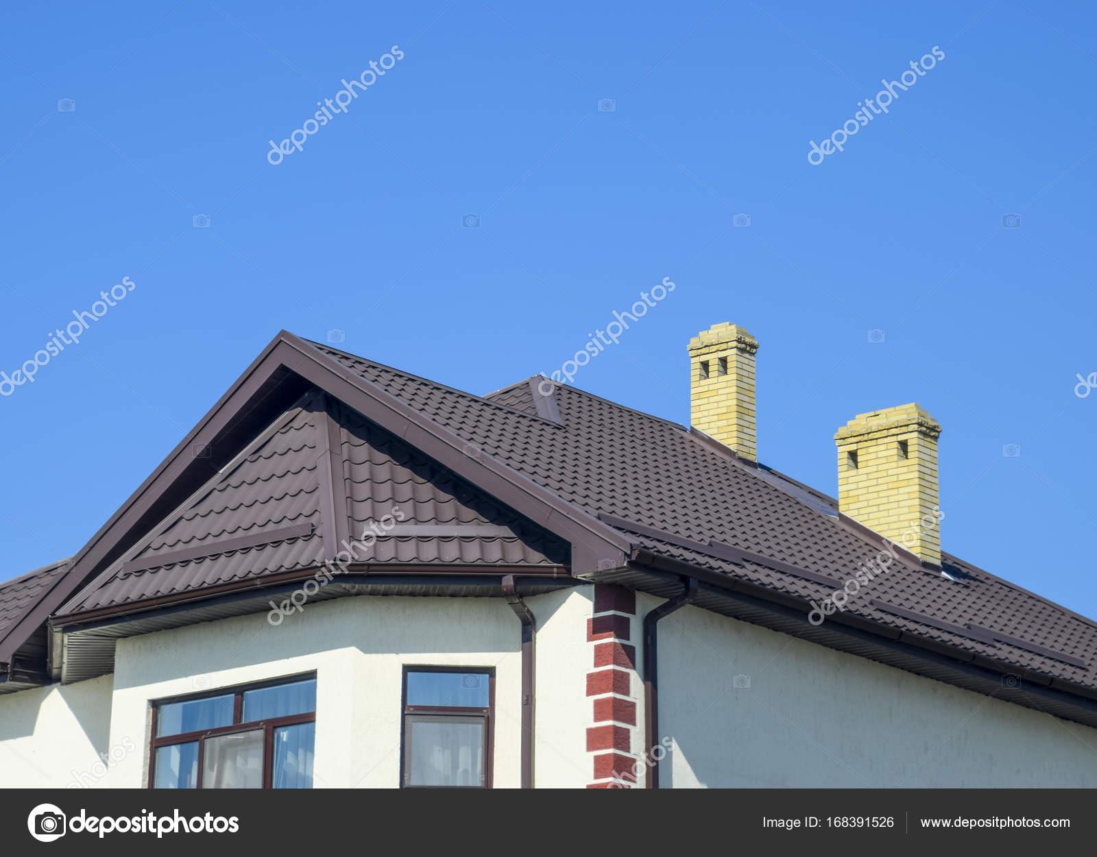 Haus mit Kunststoff-Fenster und Dach aus Wellblech. Überdachung des ...