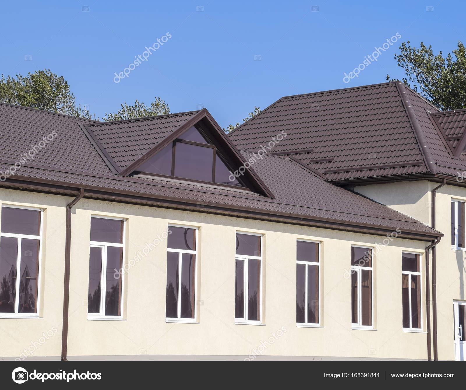 Forme De Toit maison avec fenêtres en pvc et toit de tôle ondulée. toiture de