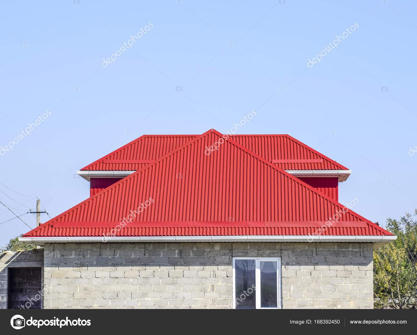 roten welldach haus der betonklotz haus mit kunststoff fenster und dach aus wellblech. Black Bedroom Furniture Sets. Home Design Ideas