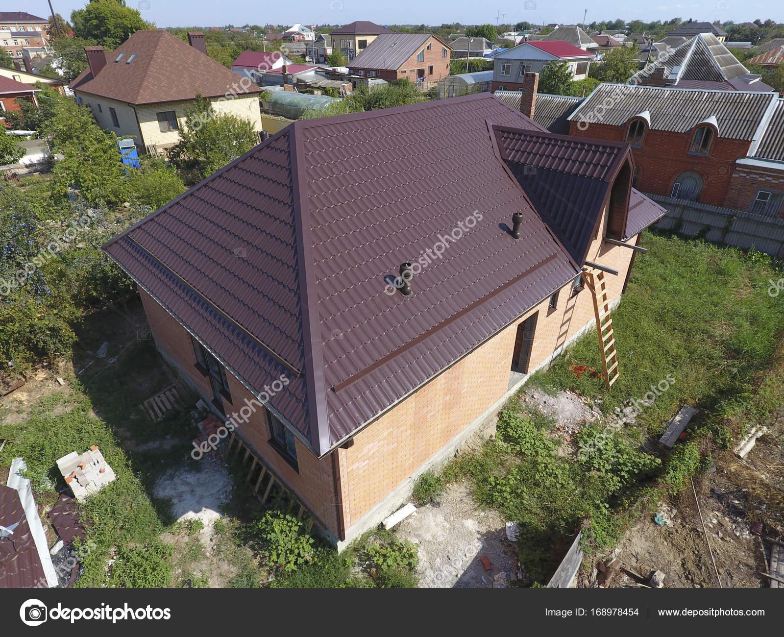 Maison avec un nouveau toit m tallique le toit de t le ondul e toiture de forme ondul e profil - Forme de toiture maison ...