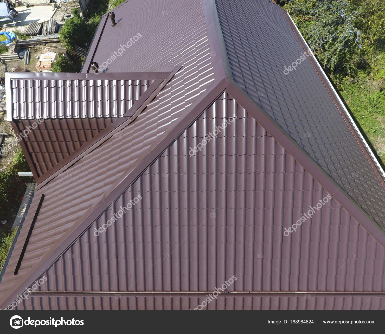 Une vue d en haut sur le toit de la maison le toit de t le ondul e toiture de forme ondul e - Maison en tole ondulee ...