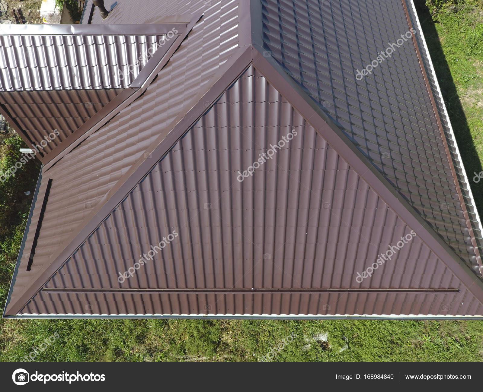 Una vista desde arriba en la azotea de la casa. El techo de la hoja ...