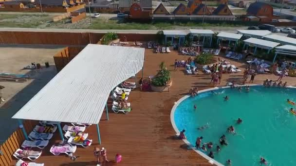 Oasis Becken In Das Dorf Golubitskaya, Region Krasnodar. Menschen Sind Im  Pool Entspannen. Schwimmbad Für Erwachsene Und Kinderu2013 Stock Filmmaterial