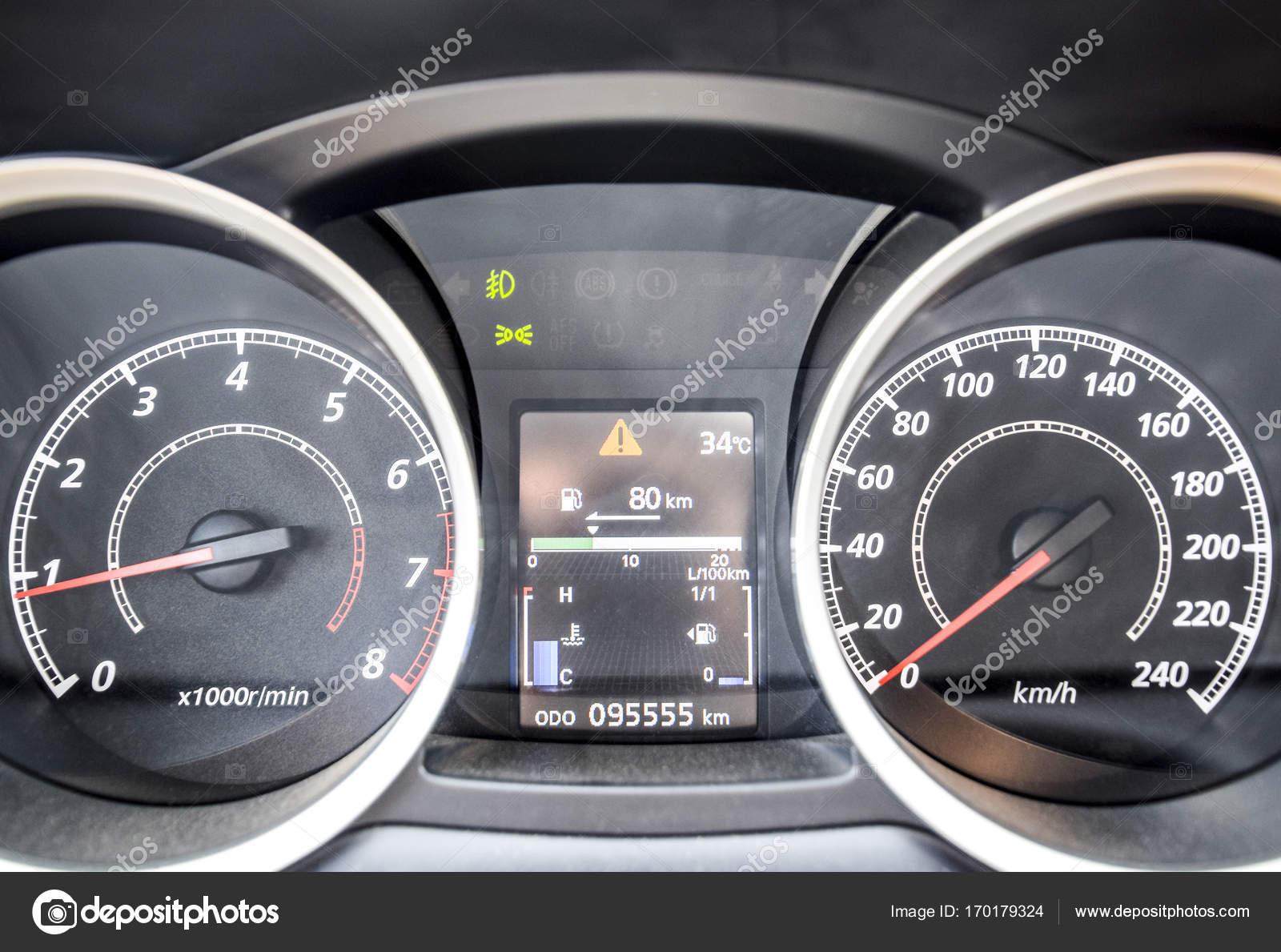 Armaturenbrett auto  Das Armaturenbrett des Autos ist aus der Bewegung. Das moderne Auto ...